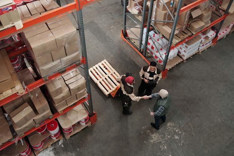 עובדים במחסן
