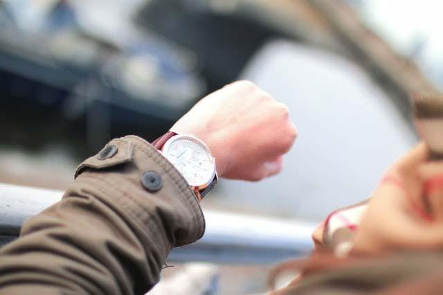 איש עם שעון